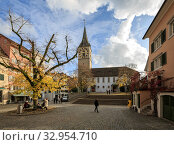 Scenic old neighborhood in the autumn. View of the ancient St. Peter Church - one of the four main churches of the old town. City of Zuerich, Switzerland, Europe. (2019 год). Стоковое фото, фотограф Bala-Kate / Фотобанк Лори