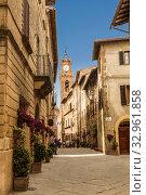 Купить «Улица в средневековом городе Пьенца в Тоскане. Италия,», фото № 32961858, снято 3 августа 2015 г. (c) Наталья Волкова / Фотобанк Лори