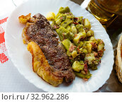 Купить «Spicy roasted entrecote with with stewed vegetables», фото № 32962286, снято 14 июня 2019 г. (c) Яков Филимонов / Фотобанк Лори