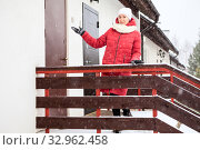 Купить «Property sale agent showing at double doors of townhouse, winter season, snowfall», фото № 32962458, снято 4 января 2020 г. (c) Кекяляйнен Андрей / Фотобанк Лори