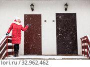 Купить «Double door entrance of townhouse with high porch and woman showing hand for choise», фото № 32962462, снято 4 января 2020 г. (c) Кекяляйнен Андрей / Фотобанк Лори
