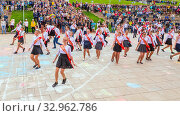 Купить «Russia Samara May 2019: beautiful school graduates dance a waltz at the city open holiday the last call for parents of teachers and city residents.», фото № 32962786, снято 24 мая 2019 г. (c) Акиньшин Владимир / Фотобанк Лори