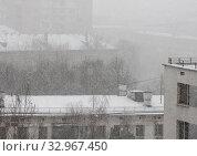 Купить «Заснеженные крыши. Снежная пелена, туман, идет густой снег. Городской пейзаж», фото № 32967450, снято 22 января 2020 г. (c) Наталья Николаева / Фотобанк Лори