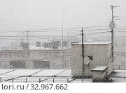 Снежная пелена над крышами. Снегопад в городе, идет густой снег, стемнело. Стоковое фото, фотограф Наталья Николаева / Фотобанк Лори