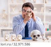 Funny crazy professor studying human skeleton. Стоковое фото, фотограф Elnur / Фотобанк Лори