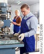 Купить «Worker drilling bores in glass on machine», фото № 32972606, снято 10 сентября 2018 г. (c) Яков Филимонов / Фотобанк Лори