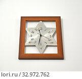 Настенные часы с циферблатом в форме звезды Давида. Стоковое фото, фотограф Ирина Борсученко / Фотобанк Лори