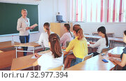 Купить «Female speaker giving lesson for university students in lecture hall», видеоролик № 32977394, снято 1 апреля 2020 г. (c) Яков Филимонов / Фотобанк Лори