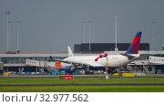 Купить «Delta Airlines Airbus 330 taxiing», видеоролик № 32977562, снято 27 июля 2017 г. (c) Игорь Жоров / Фотобанк Лори