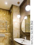 Фрагмент туалета с отделкой под натуральный камень. Дизайн интерьера сан.узла в желтом и белом цвете. Стоковое фото, фотограф Elizaveta Kharicheva / Фотобанк Лори
