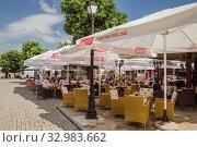 Outdoor cafe in Nessebar (2019 год). Редакционное фото, фотограф Юлия Бабкина / Фотобанк Лори