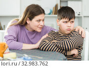 Mother wants to talk with his son after conflict at table. Стоковое фото, фотограф Яков Филимонов / Фотобанк Лори