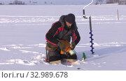 Купить «Рыбак на льду. Соревнования по рыбалке с мормышкой со льда. Fisherman on the ice. Competitions in fishing with jig from ice.», видеоролик № 32989678, снято 26 января 2020 г. (c) Евгений Романов / Фотобанк Лори