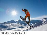 Snowboarder does the jumping trick. Стоковое фото, фотограф Алексей Кузнецов / Фотобанк Лори