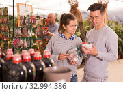 Couple looking for flower bulbs in greenhouse store. Стоковое фото, фотограф Яков Филимонов / Фотобанк Лори