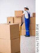 Купить «Young male professional mover doing home relocation», фото № 33001814, снято 7 августа 2019 г. (c) Elnur / Фотобанк Лори