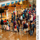 Купить «SINGAPORE - JAN 13, 2017: People waiting in queue at arrival immigration of Changi airport. Changi International Airport serves more than 100 airlines operating 6,100 weekly flights.», фото № 33004038, снято 13 января 2017 г. (c) age Fotostock / Фотобанк Лори
