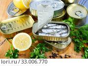 Купить «Tin can with smoked sprats, sardines, closeup», фото № 33006770, снято 19 мая 2020 г. (c) Яков Филимонов / Фотобанк Лори