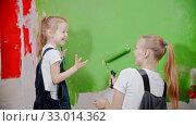 Купить «Daughter is staining mother's nose with green paint during the construction», видеоролик № 33014362, снято 3 июня 2020 г. (c) Константин Шишкин / Фотобанк Лори