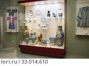 Купить «Russia, Blagoveshchensk, July 2019: Stand with Chinese porcelain dishes in the Amur regional Museum of local lore. G. S. Novikov-Daursky», фото № 33014610, снято 7 июля 2019 г. (c) Катерина Белякина / Фотобанк Лори