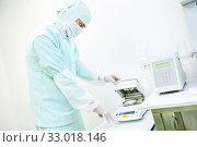 Купить «Pharmaceutical worker using moisture analyzer», фото № 33018146, снято 28 сентября 2015 г. (c) Дмитрий Калиновский / Фотобанк Лори