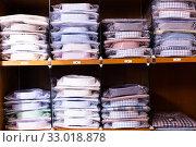 Купить «Clothing store. Shelves with shirts of different sizes», фото № 33018878, снято 13 февраля 2020 г. (c) Яков Филимонов / Фотобанк Лори