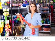 Portrait of positive girl buying pet supplies in modern petshop. Стоковое фото, фотограф Яков Филимонов / Фотобанк Лори
