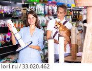 Купить «Woman and teenage son buy scratching post», фото № 33020462, снято 24 февраля 2020 г. (c) Яков Филимонов / Фотобанк Лори