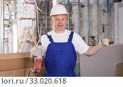 Купить «Builder working with drill», фото № 33020618, снято 28 мая 2018 г. (c) Яков Филимонов / Фотобанк Лори