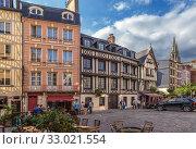 Руан, Франция. Красивые старые здания на площади Lieutenant-Aubert (2017 год). Редакционное фото, фотограф Rokhin Valery / Фотобанк Лори