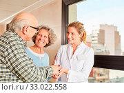 Senioren bedanken sich bei Ärztin oder Krankenschwester mit einem Handschlag. Стоковое фото, фотограф Zoonar.com/Robert Kneschke / age Fotostock / Фотобанк Лори