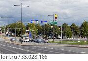 Купить «Paasikiventie with cars. Hameenlinna, Finland», фото № 33028186, снято 17 сентября 2019 г. (c) Валерия Попова / Фотобанк Лори