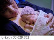 Купить «Mother with baby, mother-kangaroo method, Skin-to-skin contact, Neonatal pediatrics, Medical care, Neonate Intensive care Unit, UVI, ICU, Hospital Donostia...», фото № 33029762, снято 26 ноября 2019 г. (c) age Fotostock / Фотобанк Лори
