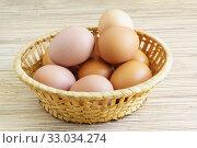 Несколько разноцветных куриных яиц в плетеной корзинке. Стоковое фото, фотограф Наталья Гармашева / Фотобанк Лори