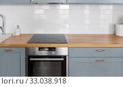 Купить «modern home kitchen interior with oven and hob», фото № 33038918, снято 15 октября 2019 г. (c) Syda Productions / Фотобанк Лори