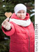 Купить «Adult woman showing heart shape in stretched hand, red jacket, white scarf and hat, blurred head», фото № 33039094, снято 6 января 2020 г. (c) Кекяляйнен Андрей / Фотобанк Лори