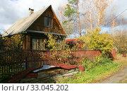 Купить «Деревянный дачный дом в садовом товариществе», эксклюзивное фото № 33045202, снято 18 октября 2019 г. (c) Щеголева Ольга / Фотобанк Лори