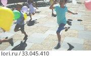 Купить «Group of joyful children running down the city street», видеоролик № 33045410, снято 7 июня 2019 г. (c) Яков Филимонов / Фотобанк Лори