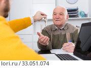 Купить «Old man and agent sign lease contract», фото № 33051074, снято 5 июня 2020 г. (c) Яков Филимонов / Фотобанк Лори