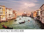 Венеция, Большой канал, собор Санта-Мария-делла-Салюте и гондолы с туристами. Италия (2017 год). Редакционное фото, фотограф Наталья Волкова / Фотобанк Лори