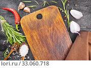 Рамка из соли и пряных трав с досточкой на черной доске сверху. Стоковое фото, фотограф Резеда Костылева / Фотобанк Лори