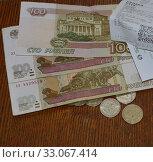 Деньги и магазинные чеки. Стоковое фото, фотограф александр лупкин / Фотобанк Лори