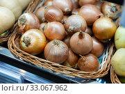 Купить «Pile of different onion varieties on market counter», фото № 33067962, снято 17 февраля 2020 г. (c) Яков Филимонов / Фотобанк Лори
