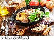 Купить «Potatoes stewed with chicken liver», фото № 33068334, снято 23 мая 2019 г. (c) Надежда Мишкова / Фотобанк Лори