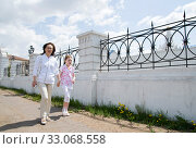 Mother and daughter walk in city street. Стоковое фото, фотограф Александр Подшивалов / Фотобанк Лори