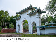 Купить «Russia, Blagoveshchensk, July 2019: Chinese-style Back gate of a summer holiday home», фото № 33068830, снято 7 июля 2019 г. (c) Катерина Белякина / Фотобанк Лори