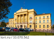 Warsaw, Mazovia / Poland - 2018/09/21: Front view of the Mostowski Palace, historic classicist residence in the Muranow district of Warsaw currently serving as Warsaw metropolitan police headquarters. Редакционное фото, фотограф bialorucki bernard / age Fotostock / Фотобанк Лори