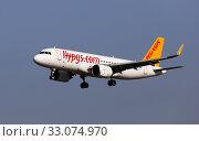 TC-NBZ Pegasus Airbus A320neo landing at Barcelona Airport (2020 год). Редакционное фото, фотограф Яков Филимонов / Фотобанк Лори