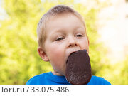 Child eats popsicle ice cream. Стоковое фото, фотограф Юлия Бабкина / Фотобанк Лори
