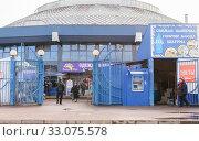 Купить «Сенной рынок, вход с ул.Октябрьской. Краснодар. 02.2020», фото № 33075578, снято 13 февраля 2020 г. (c) Игорь Тарасов / Фотобанк Лори